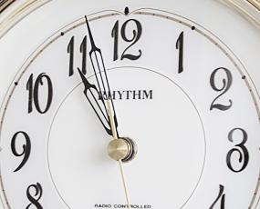 リズム時計(RHYTHM) 置き時計 電波時計 木枠 アナログ ステップムーブメント パルロワイエ (4RY681SR06) 【 SALE在庫限り40%OFF 】